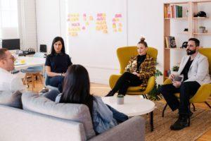 A inteligência emocional no ambiente de trabalho otimiza o trabalho em equipe.